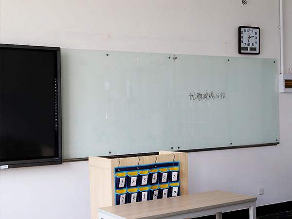 无锡优雅乐磁性玻璃白板走进职业技术学院