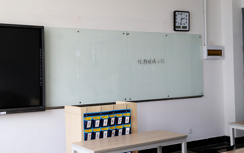 无锡优雅乐磁性玻璃白板走进职业高级中学